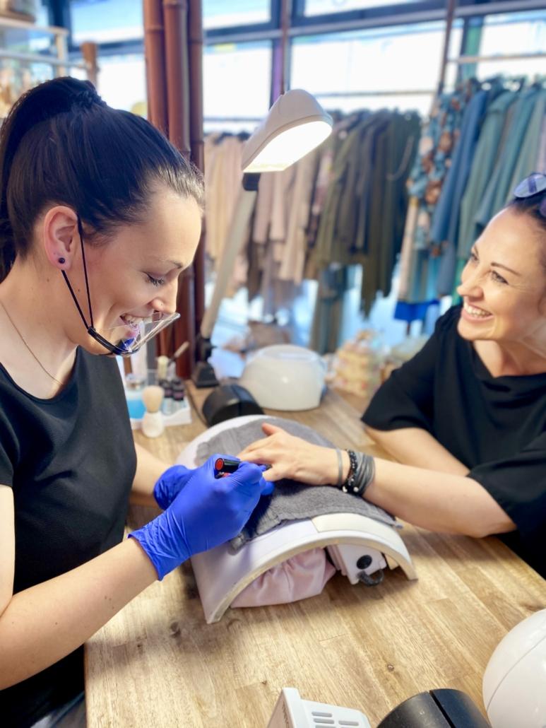 TSL Mitarbeiterin bei der Handflege