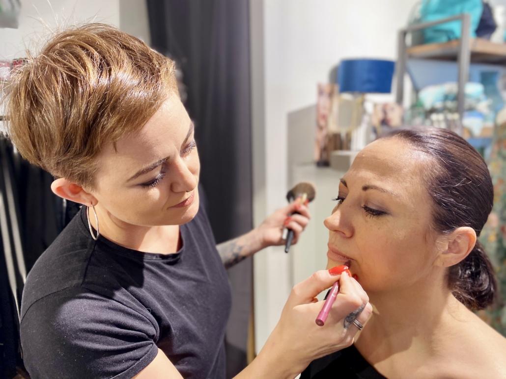 Mitarbeiterin Susanne bei der Make-Up Behandlung