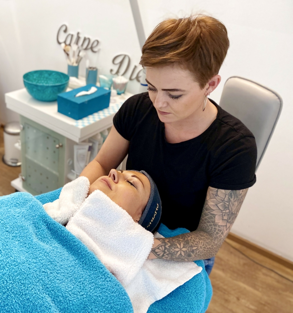 Mitarbeiterin Susanne bei der Gesichtsbehandlung