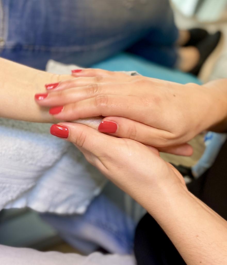 TSL Mitarbeiterin bei der Handpflege