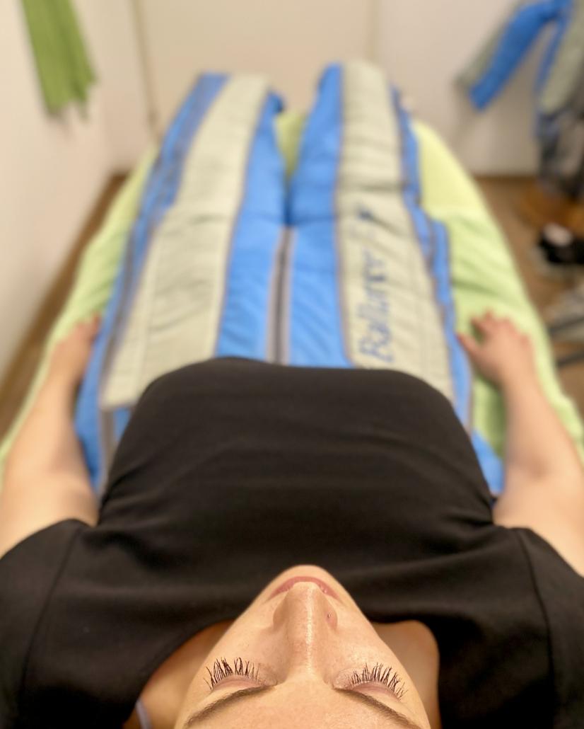 TSL Mitarbeiterin bei der Körperbehandlung