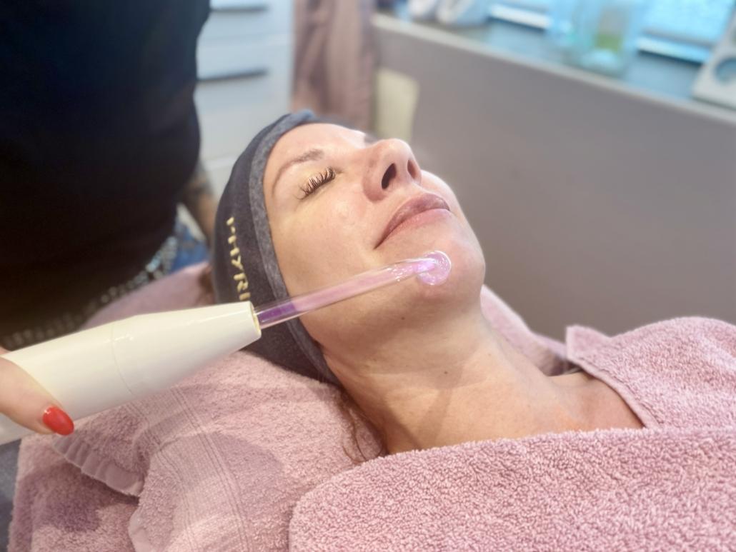 TSL Mitarbeiterin bei der Gesichtsbehandlung